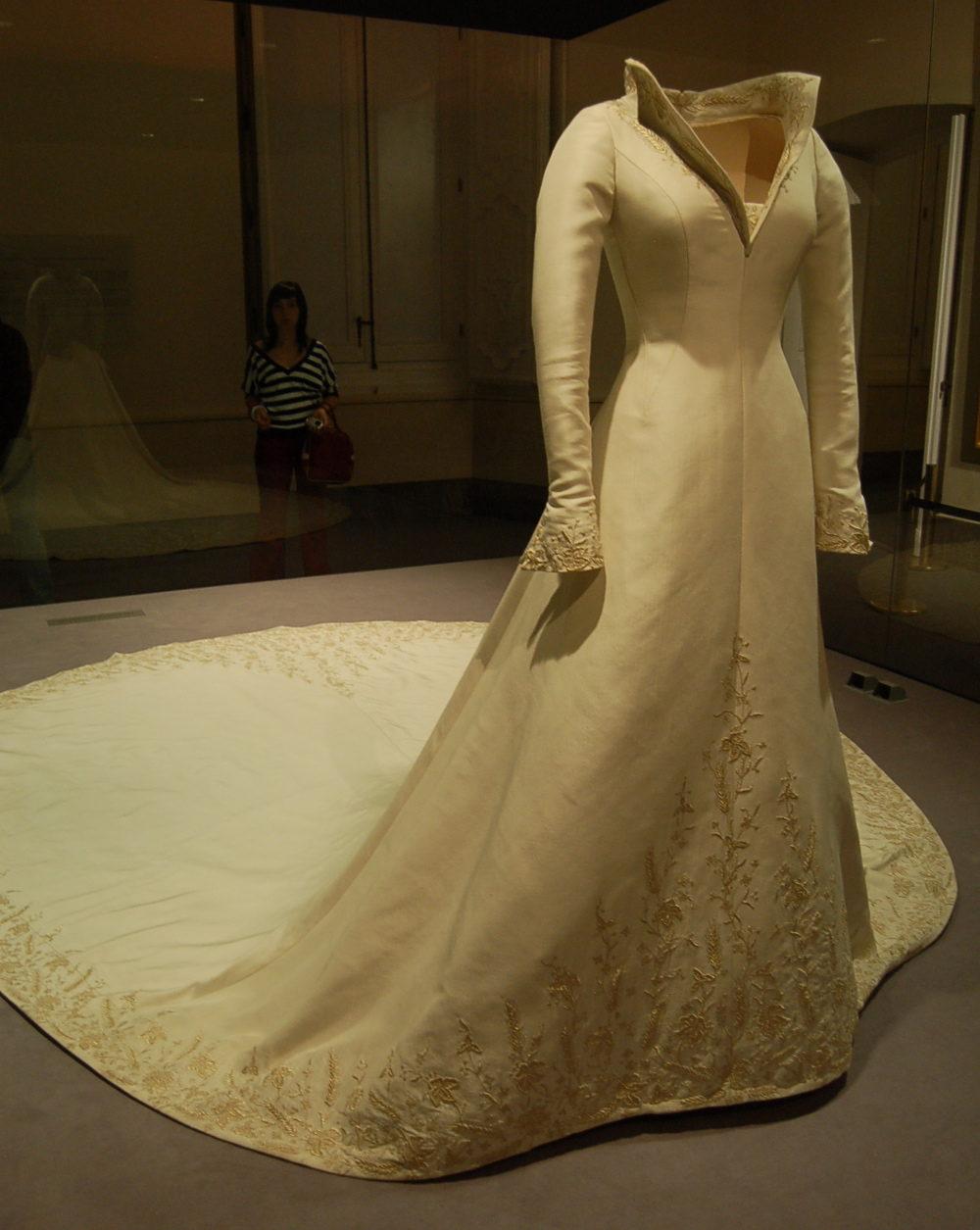 Fashion exhibitions: the wedding dress of Queen Letizia - Replicate ...